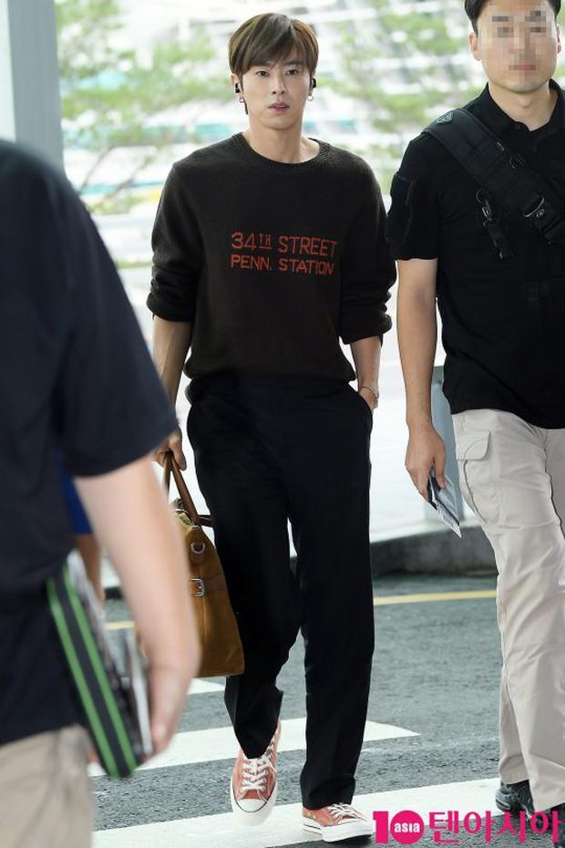 Dàn idol hạng A đổ bộ sân bay: Yuri (SNSD) xinh xuất thần hậu giảm cân, Kang Daniel và bộ đôi DBSK ai bảnh hơn? - Ảnh 11.