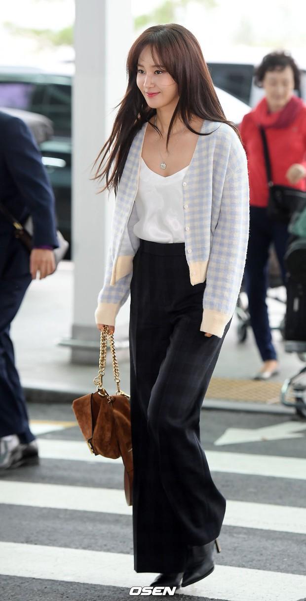 Dàn idol hạng A đổ bộ sân bay: Yuri (SNSD) xinh xuất thần hậu giảm cân, Kang Daniel và bộ đôi DBSK ai bảnh hơn? - Ảnh 2.