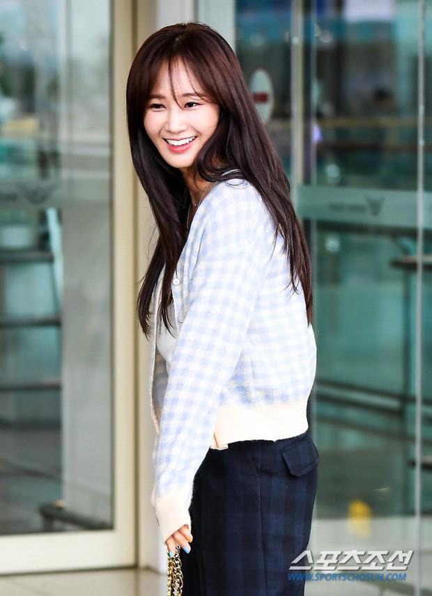 Dàn idol hạng A đổ bộ sân bay: Yuri (SNSD) xinh xuất thần hậu giảm cân, Kang Daniel và bộ đôi DBSK ai bảnh hơn? - Ảnh 5.