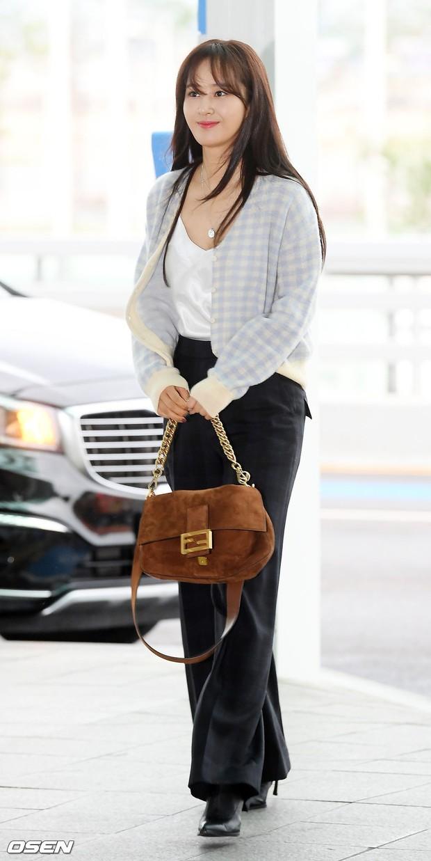 Dàn idol hạng A đổ bộ sân bay: Yuri (SNSD) xinh xuất thần hậu giảm cân, Kang Daniel và bộ đôi DBSK ai bảnh hơn? - Ảnh 1.