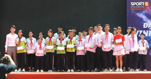 Dàn tuyển thủ điển trai của Hà Nội FC về trường cấp 2 truyền cảm hứng cho các em nhỏ - Ảnh 13.