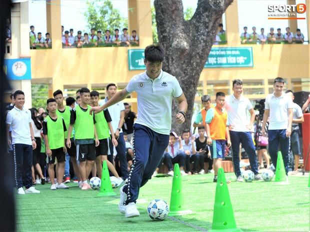 Dàn tuyển thủ điển trai của Hà Nội FC về trường cấp 2 truyền cảm hứng cho các em nhỏ - Ảnh 10.