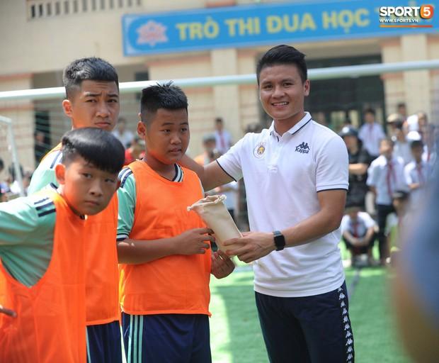 Dàn tuyển thủ điển trai của Hà Nội FC về trường cấp 2 truyền cảm hứng cho các em nhỏ - Ảnh 8.