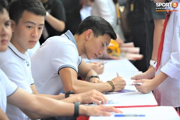 Dàn tuyển thủ điển trai của Hà Nội FC về trường cấp 2 truyền cảm hứng cho các em nhỏ - Ảnh 12.