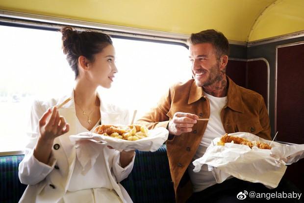 David Beckham khoe clip trò chuyện cùng Angela Baby, nhan sắc của bà xã Huỳnh Hiểu Minh bất ngờ gây chú ý hơn cả - Ảnh 6.
