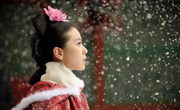 9 mỹ nhân trong bộ trang phục nhà Thanh: Dương Mịch xinh đẹp lộng lẫy, Châu Tấn soái khí ngút trời - Ảnh 6.