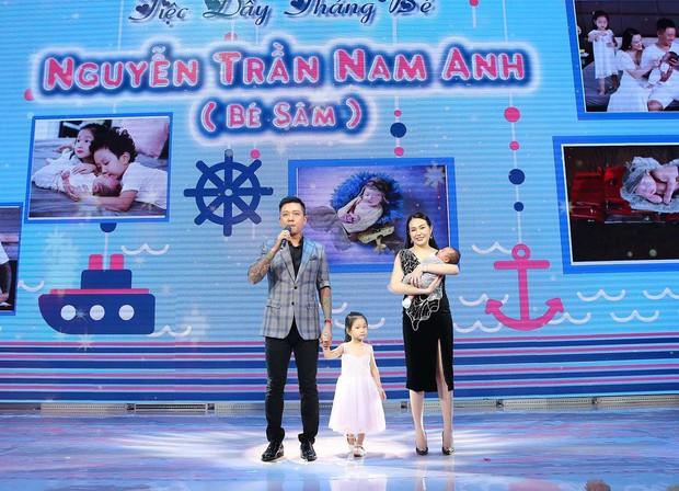Mừng con trai thứ 3 tròn 1 tháng tuổi, vợ chồng Tuấn Hưng chính thức công khai rõ mặt và tên đầy đủ cực đáng yêu của bé - Ảnh 2.