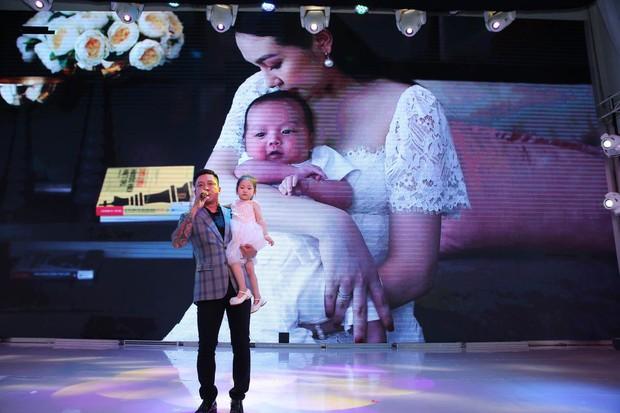 Mừng con trai thứ 3 tròn 1 tháng tuổi, vợ chồng Tuấn Hưng chính thức công khai rõ mặt và tên đầy đủ cực đáng yêu của bé - Ảnh 1.