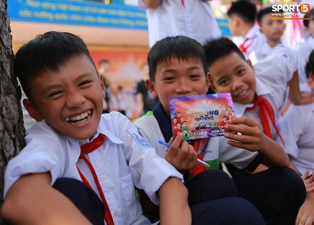 Dàn tuyển thủ điển trai của Hà Nội FC về trường cấp 2 truyền cảm hứng cho các em nhỏ - Ảnh 9.