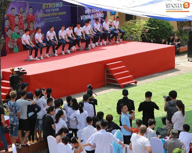 Dàn tuyển thủ điển trai của Hà Nội FC về trường cấp 2 truyền cảm hứng cho các em nhỏ - Ảnh 1.