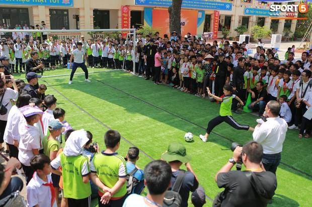 Dàn tuyển thủ điển trai của Hà Nội FC về trường cấp 2 truyền cảm hứng cho các em nhỏ - Ảnh 11.
