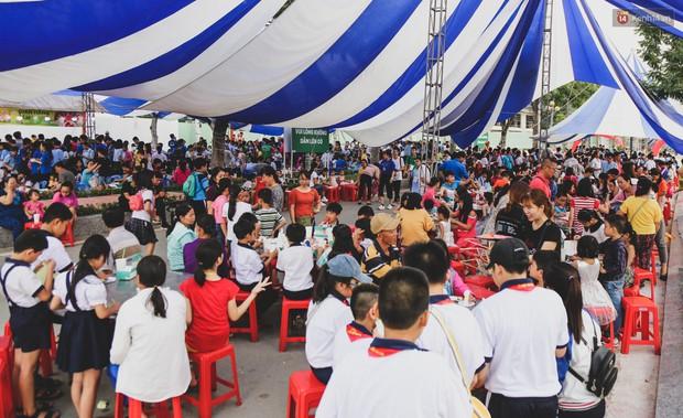 Ảnh: Hàng ngàn trẻ em nghèo ở Sài Gòn làm đèn ông sao đón Tết trung thu sớm - Ảnh 1.