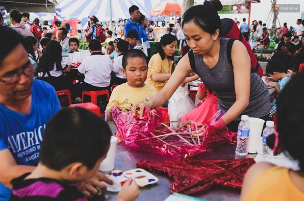 Ảnh: Hàng ngàn trẻ em nghèo ở Sài Gòn làm đèn ông sao đón Tết trung thu sớm - Ảnh 6.