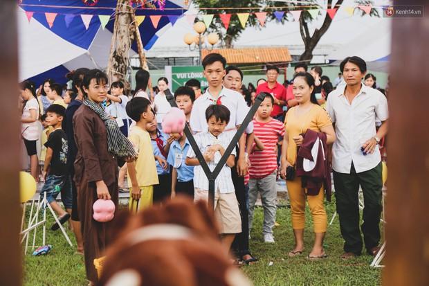 Ảnh: Hàng ngàn trẻ em nghèo ở Sài Gòn làm đèn ông sao đón Tết trung thu sớm - Ảnh 8.
