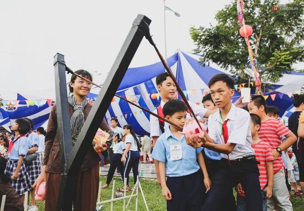 Ảnh: Hàng ngàn trẻ em nghèo ở Sài Gòn làm đèn ông sao đón Tết trung thu sớm - Ảnh 9.