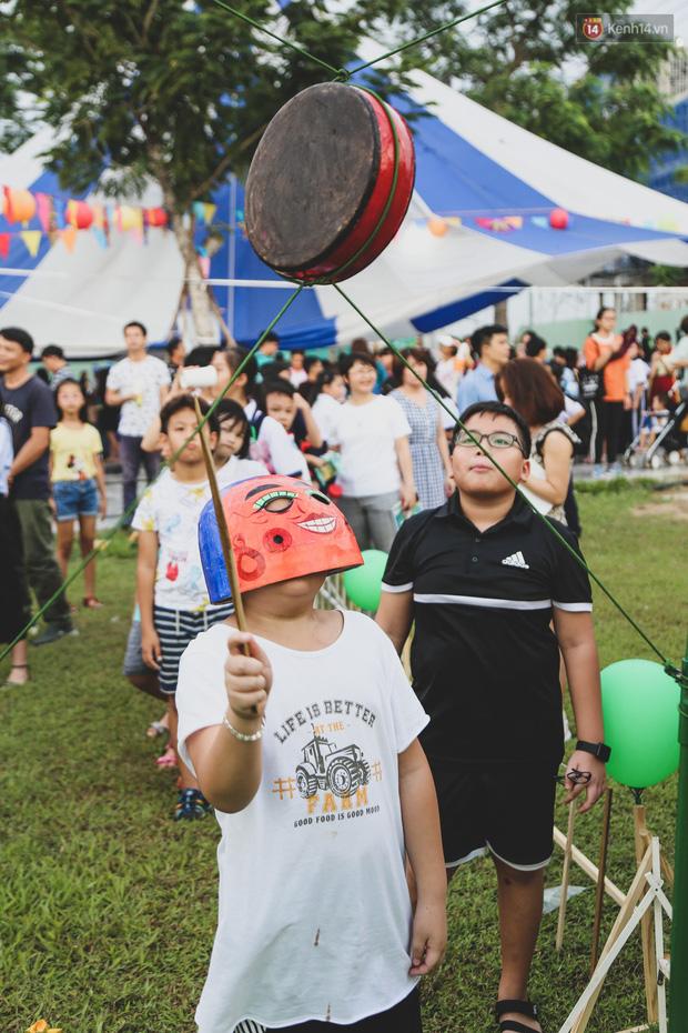 Ảnh: Hàng ngàn trẻ em nghèo ở Sài Gòn làm đèn ông sao đón Tết trung thu sớm - Ảnh 10.
