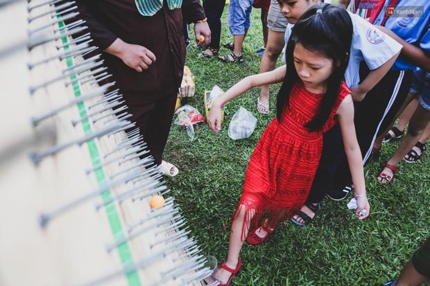 Ảnh: Hàng ngàn trẻ em nghèo ở Sài Gòn làm đèn ông sao đón Tết trung thu sớm - Ảnh 11.