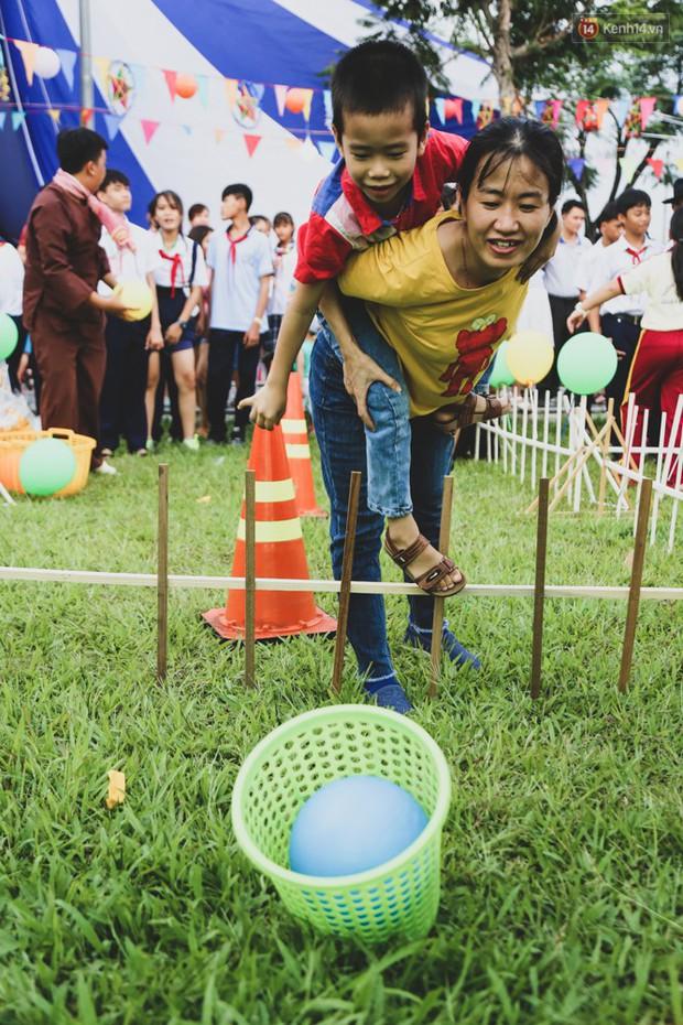 Ảnh: Hàng ngàn trẻ em nghèo ở Sài Gòn làm đèn ông sao đón Tết trung thu sớm - Ảnh 13.
