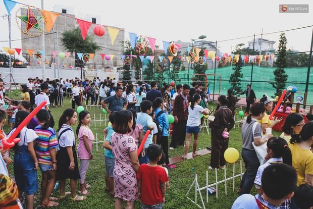 Ảnh: Hàng ngàn trẻ em nghèo ở Sài Gòn làm đèn ông sao đón Tết trung thu sớm - Ảnh 2.