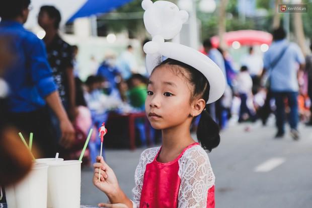 Ảnh: Hàng ngàn trẻ em nghèo ở Sài Gòn làm đèn ông sao đón Tết trung thu sớm - Ảnh 15.