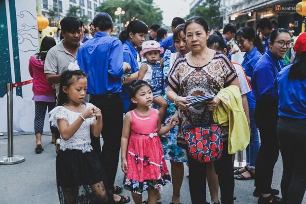 Ảnh: Hàng ngàn trẻ em nghèo ở Sài Gòn làm đèn ông sao đón Tết trung thu sớm - Ảnh 16.