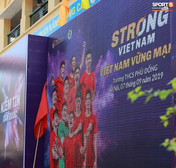 Dàn tuyển thủ điển trai của Hà Nội FC về trường cấp 2 truyền cảm hứng cho các em nhỏ - Ảnh 2.