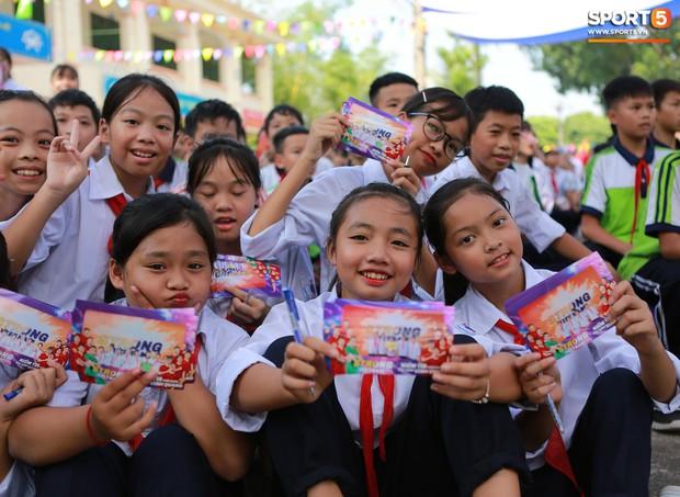 Dàn tuyển thủ điển trai của Hà Nội FC về trường cấp 2 truyền cảm hứng cho các em nhỏ - Ảnh 15.