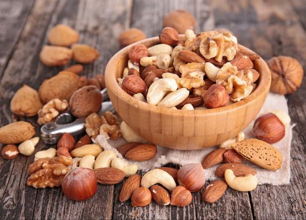 Các loại hạt làm giảm 17% nguy cơ tử vong vì bệnh tim mạch và đột quỵ - Ảnh 1.