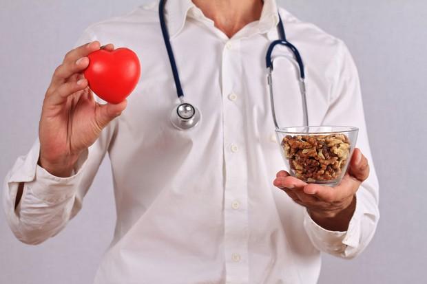 Các loại hạt làm giảm 17% nguy cơ tử vong vì bệnh tim mạch và đột quỵ - Ảnh 2.