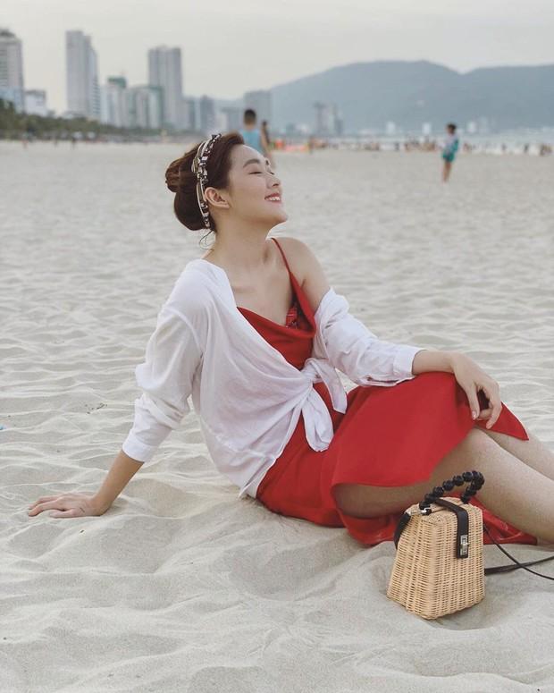 Chọn sai nội y, Á hậu Tường San lộ khoảnh khắc kém đẹp khi ngồi ngắm biển - Ảnh 4.