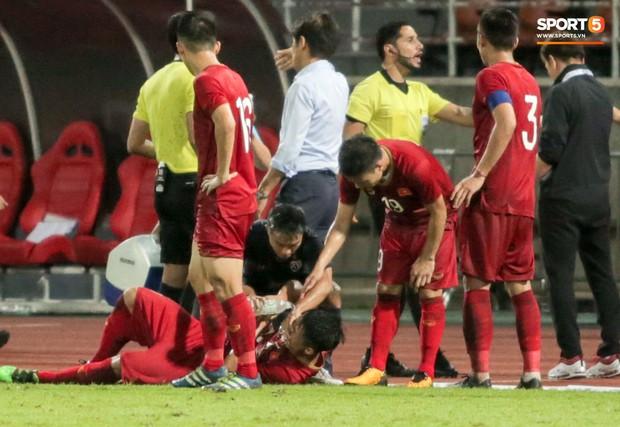 Dù bị fan Việt Nam ghét, Messi Thái Lan vẫn có hành động cực đẹp với Bùi Tiến Dũng sau tai nạn hy hữu - Ảnh 1.