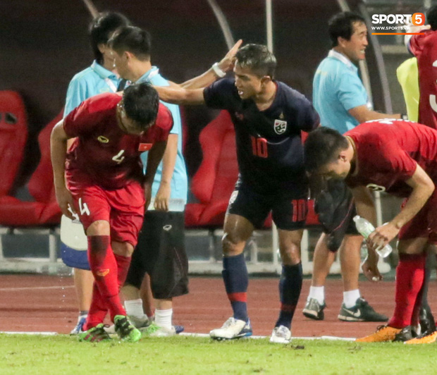 Dù bị fan Việt Nam ghét, Messi Thái Lan vẫn có hành động cực đẹp với Bùi Tiến Dũng sau tai nạn hy hữu - Ảnh 6.
