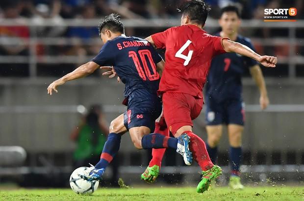 Dù bị fan Việt Nam ghét, Messi Thái Lan vẫn có hành động cực đẹp với Bùi Tiến Dũng sau tai nạn hy hữu - Ảnh 2.