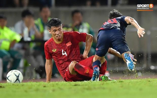 Dù bị fan Việt Nam ghét, Messi Thái Lan vẫn có hành động cực đẹp với Bùi Tiến Dũng sau tai nạn hy hữu - Ảnh 3.