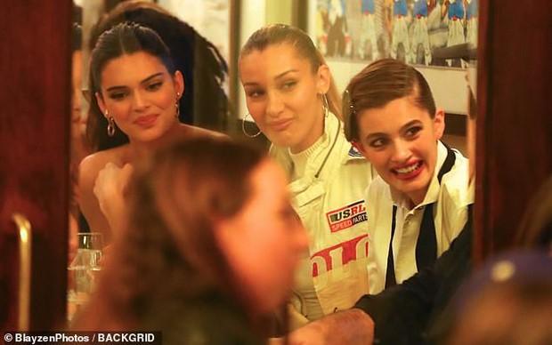 Tiệc tối gây bão hội tụ dàn mẫu hot nhất Victorias Secret: Ai cũng quá hút hồn nhưng Kendall mới là người giật trọn spotlight - Ảnh 9.