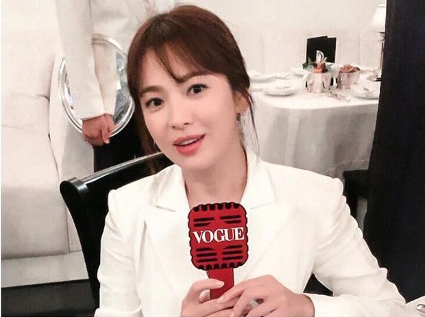 """Sau khi bị chê không hợp """"lồng lộn"""", Song Hye Kyo quay lại style sương sương dự New York Fashion Week - Ảnh 7."""