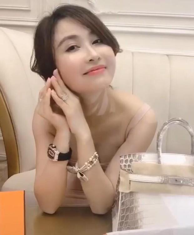 Mina Phạm - vợ 2 đại gia Minh Nhựa đăng clip đập hộp túi Hermès Birkin giá 10 tỷ khi con chồng đang tổ chức đám cưới - Ảnh 4.
