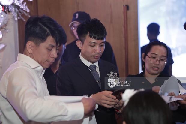 Đại gia Minh Nhựa một mình chạy đôn chạy đáo trong đám cưới con gái, hai người vợ cùng vắng bóng khi đón khách - Ảnh 2.