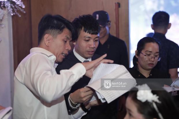 Đại gia Minh Nhựa một mình chạy đôn chạy đáo trong đám cưới con gái, hai người vợ cùng vắng bóng khi đón khách - Ảnh 3.
