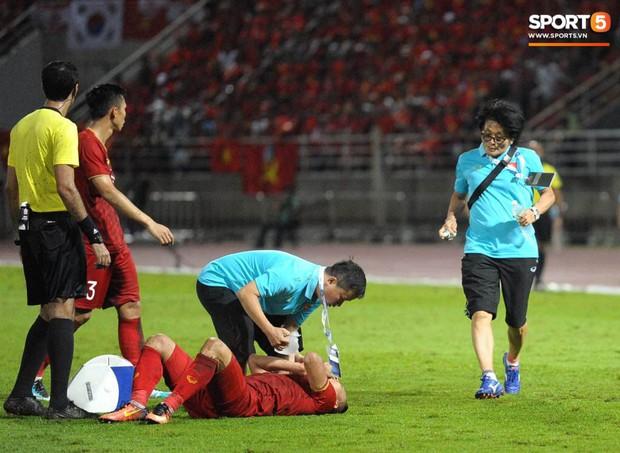 Dân mạng phát sốt với hình ảnh bác sĩ tuyển Việt Nam chạy như bay vào sân sơ cứu cầu thủ chấn thương - Ảnh 5.