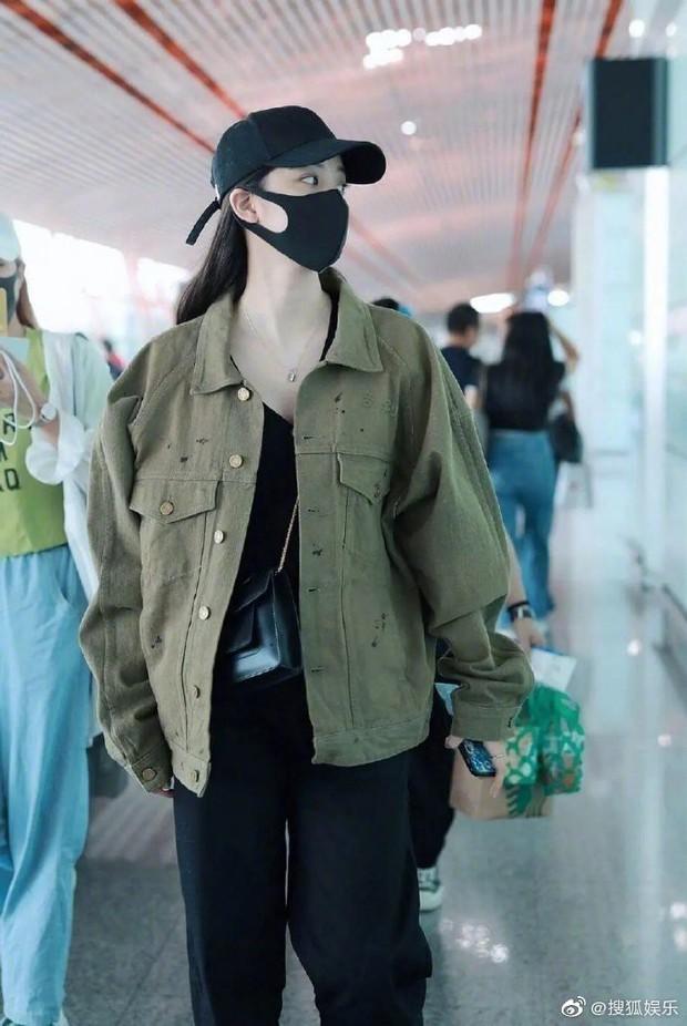Chỉ có thể là netizen: Soi từng vết rách trên áo khoác của Âu Dương Na Na, chứng minh hẹn hò với mỹ nam Trần Phi Vũ - Ảnh 1.