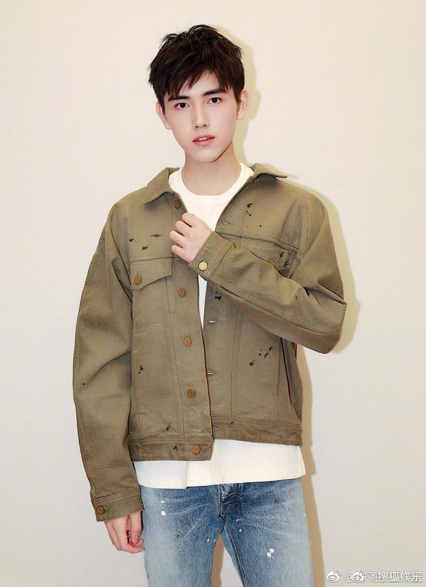 Chỉ có thể là netizen: Soi từng vết rách trên áo khoác của Âu Dương Na Na, chứng minh hẹn hò với mỹ nam Trần Phi Vũ - Ảnh 2.