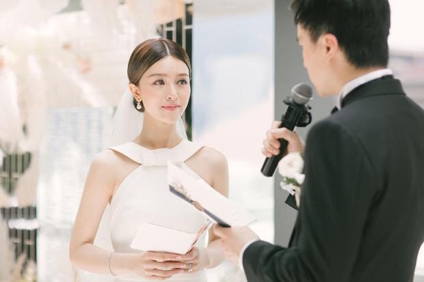 Lễ đăng ký kết hôn của Thần tiên tỷ tỷ Văn Vịnh San với đại gia: Lấn lướt hôn lễ của tỷ muội cạch mặt Angela Baby - Ảnh 3.