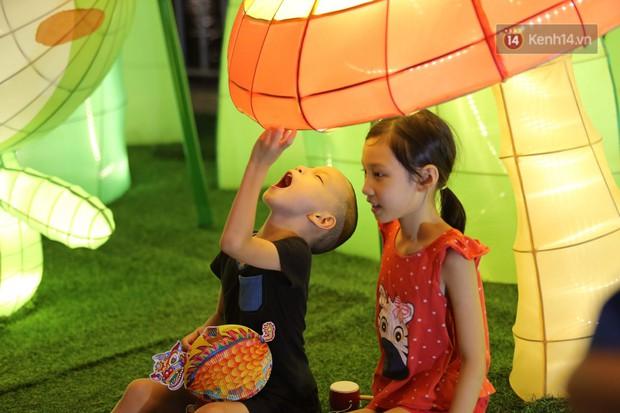 Các em nhỏ thích thú với màn biểu diễn bong bóng của nghệ sĩ Fan Yang trong đêm hội Trung thu sớm - Ảnh 12.