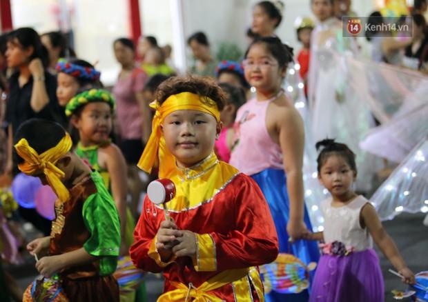 Các em nhỏ thích thú với màn biểu diễn bong bóng của nghệ sĩ Fan Yang trong đêm hội Trung thu sớm - Ảnh 8.