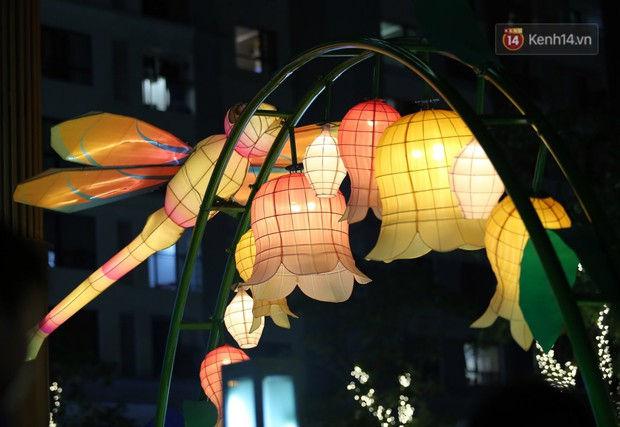 Các em nhỏ thích thú với màn biểu diễn bong bóng của nghệ sĩ Fan Yang trong đêm hội Trung thu sớm - Ảnh 11.