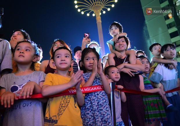 Các em nhỏ thích thú với màn biểu diễn bong bóng của nghệ sĩ Fan Yang trong đêm hội Trung thu sớm - Ảnh 3.