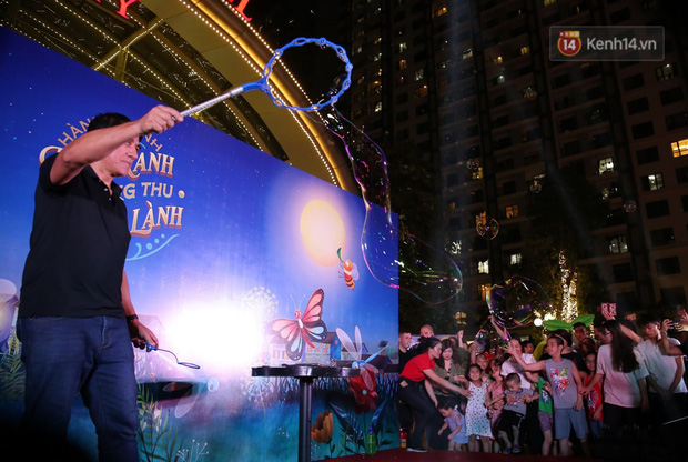 Các em nhỏ thích thú với màn biểu diễn bong bóng của nghệ sĩ Fan Yang trong đêm hội Trung thu sớm - Ảnh 4.