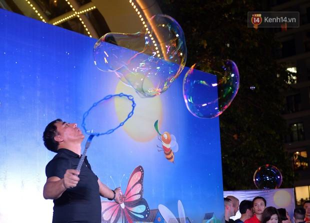 Các em nhỏ thích thú với màn biểu diễn bong bóng của nghệ sĩ Fan Yang trong đêm hội Trung thu sớm - Ảnh 2.