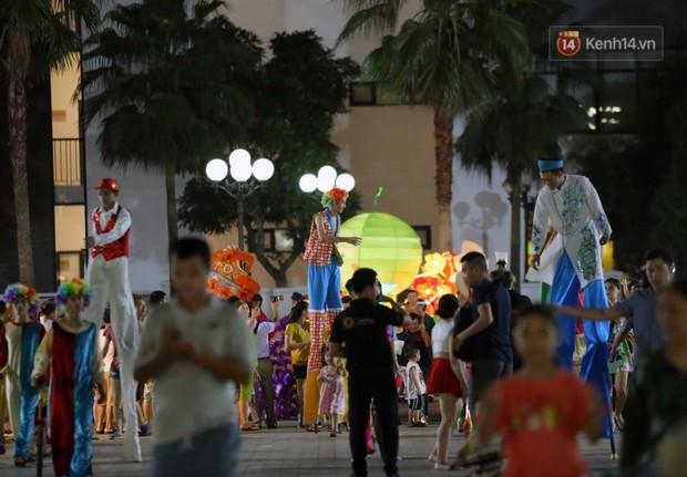 Các em nhỏ thích thú với màn biểu diễn bong bóng của nghệ sĩ Fan Yang trong đêm hội Trung thu sớm - Ảnh 6.